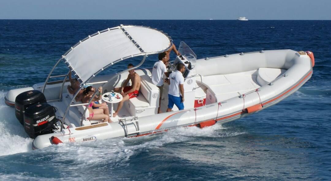 Orange Bay mit Speedboot